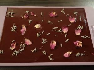 Schokoladentafel mit Lavendel und Rosenblätter